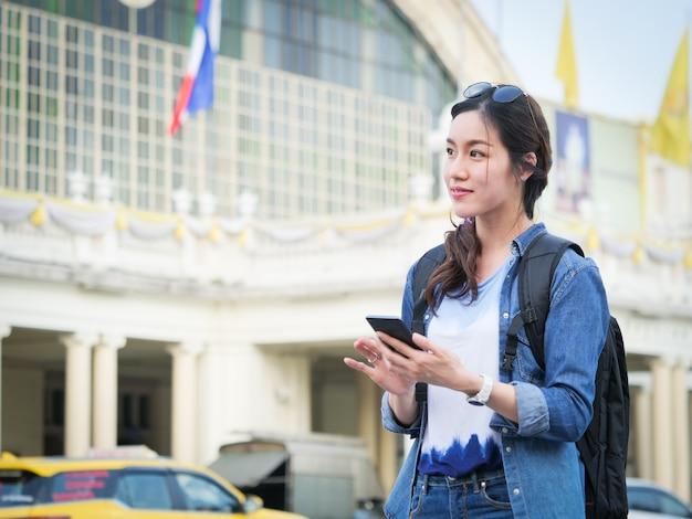 Donna asiatica che viaggia con il cellulare Foto Premium