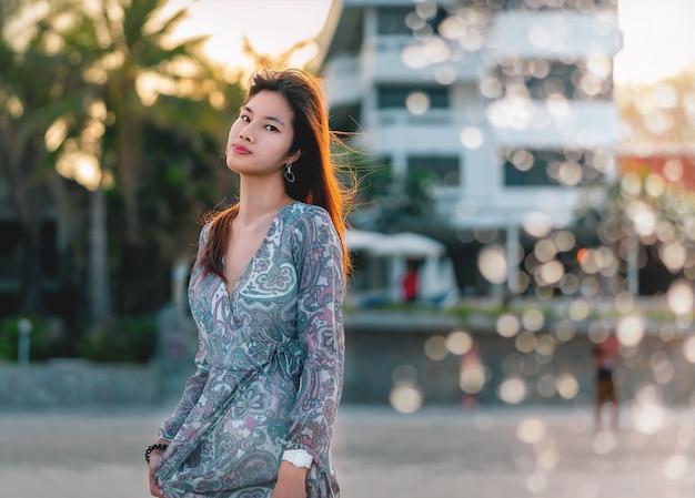 Donna asiatica con il ritratto bianco della pelle di bellezza su una spiaggia Foto Premium