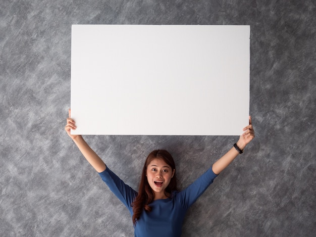 Donna asiatica con lo spazio bianco della copia della bandiera Foto Premium
