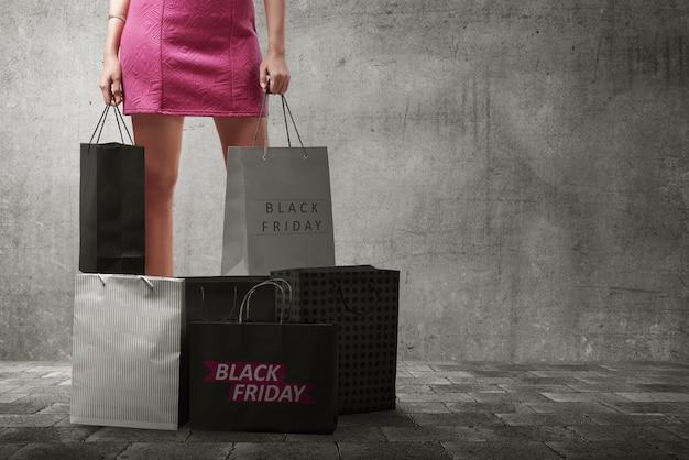 Donna asiatica con molte borse della spesa Foto Premium