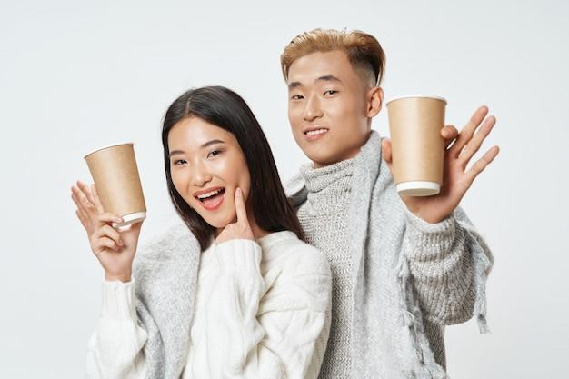 Donna asiatica e modello di manposing insieme Foto Premium