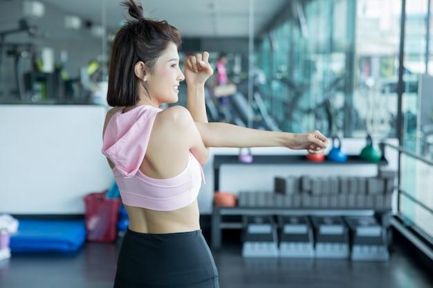 Donna asiatica gioca fitness in palestra Foto Gratuite
