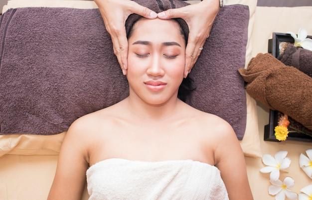 Donna asiatica in ambiente spa Foto Premium