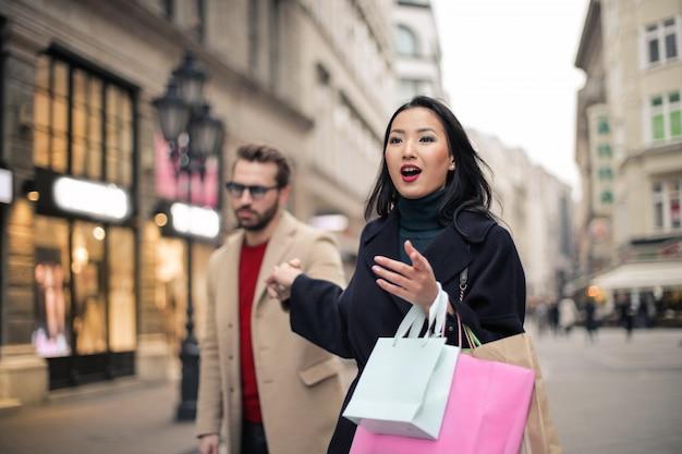 Donna asiatica in giro per lo shopping Foto Premium