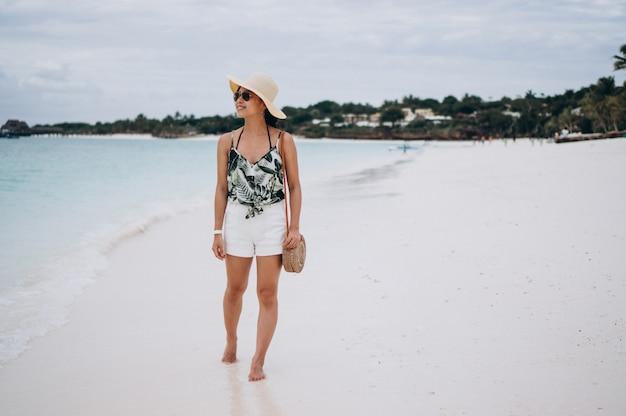 Donna asiatica in vacanza in spiaggia Foto Gratuite