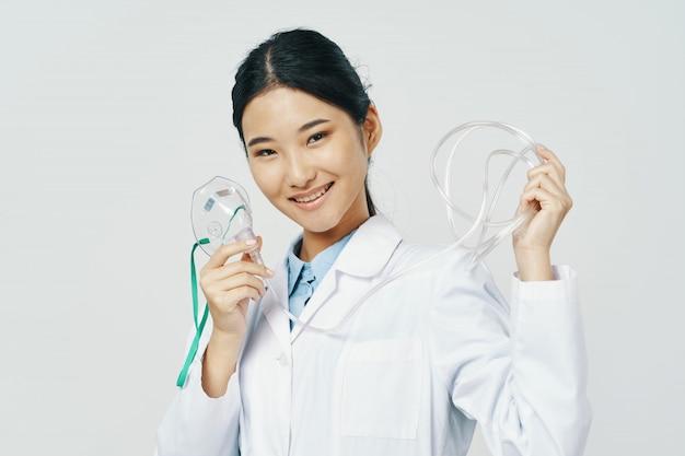 Donna asiatica medico femminile con maschera di ossigeno Foto Premium