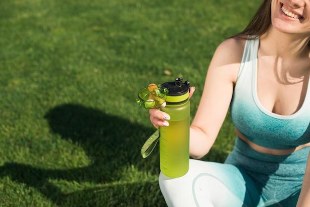 Donna atletica che beve acqua isotonica Foto Gratuite