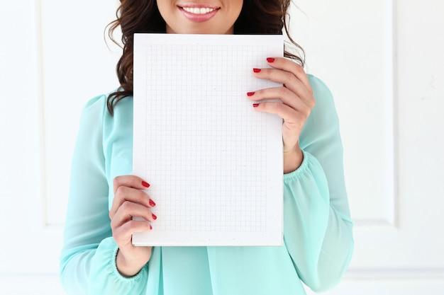 Donna attraente con blocco note Foto Gratuite