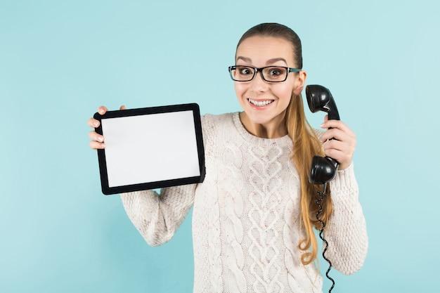 Donna attraente con coda di cavallo e tablet Foto Premium