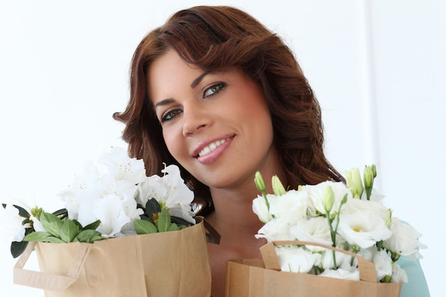 Donna attraente con fiori Foto Gratuite