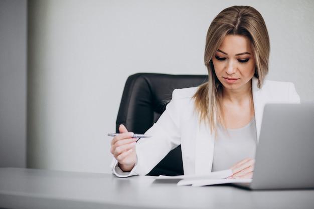 Donna attraente di affari che lavora al computer in ufficio Foto Gratuite