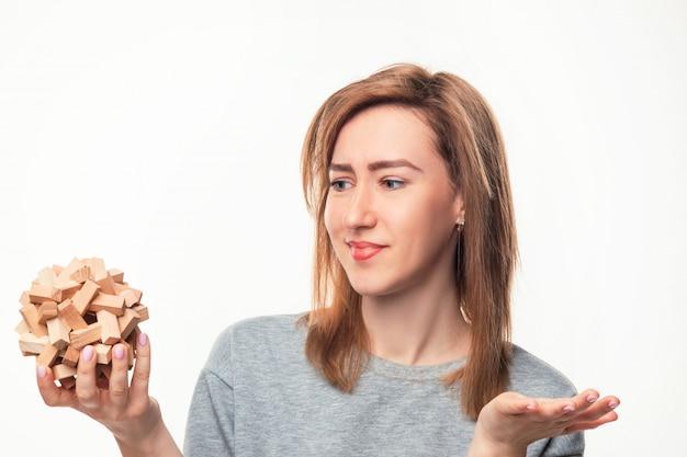 Donna attraente di affari che sembra sconcertante con il puzzle di legno Foto Gratuite