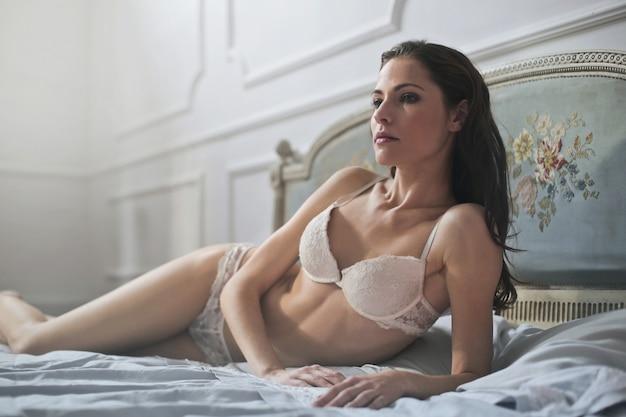 Donna attraente in lingerie Foto Premium