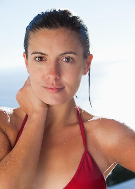 Donna bagnata in bikini   Scaricare foto Premium
