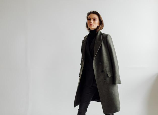 Donna bella moda in posa con abito elegante Foto Gratuite