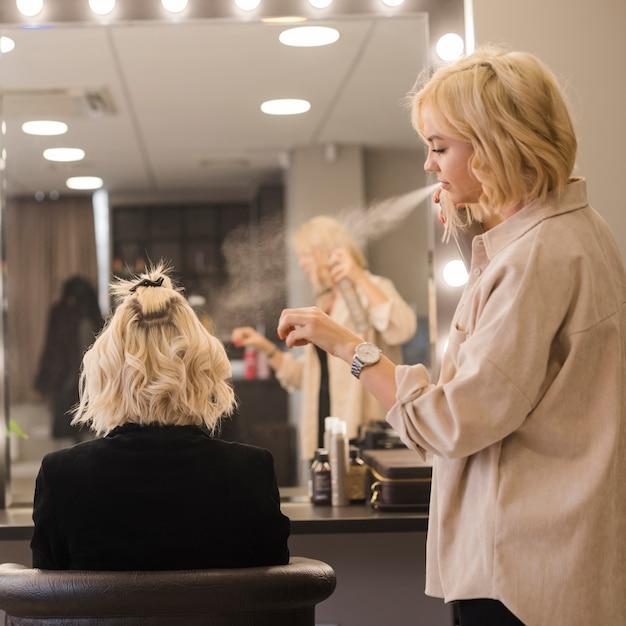 Donna bionda che si fa fare i capelli | Foto Gratis