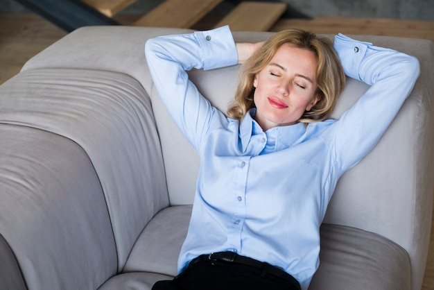 Donna bionda di affari che dorme sullo strato Foto Gratuite