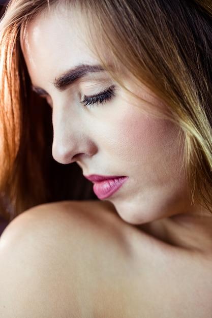 Donna bionda graziosa che la chiude occhi Foto Premium