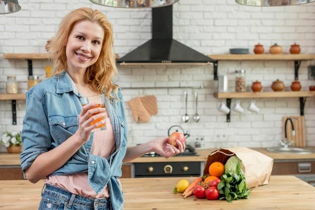 Donna bionda in cucina Foto Gratuite