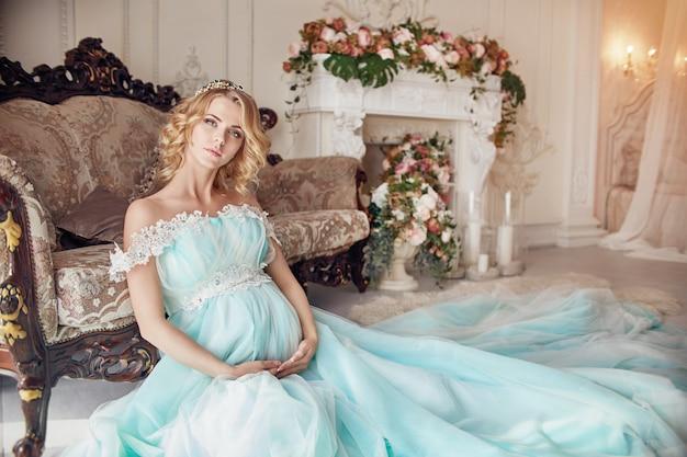 Donna bionda incinta di modo di lusso in un vestito da cerimonia nuziale. Foto Premium