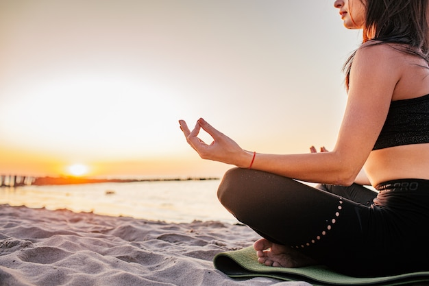 Donna calma spensierata che medita in natura. pace interiore di ricerca. pratica yoga. stile di vita di guarigione spirituale. godere della pace, terapia antistress, meditazione consapevole. energia positiva. equilibrio chakra Foto Premium