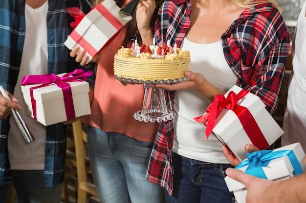Donna carina festeggia il suo compleanno con un gruppo di amici Foto Premium