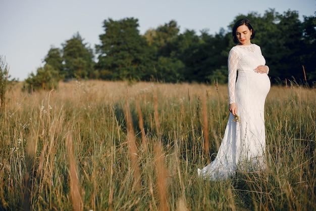 Donna carina trascorrere del tempo in un campo estivo Foto Gratuite