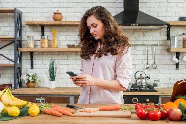 Donna castana in cucina Foto Gratuite