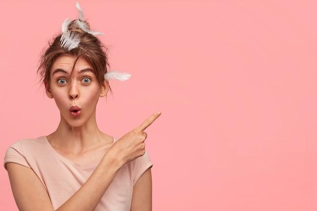 Donna caucasica con piume nei capelli   Foto Gratis