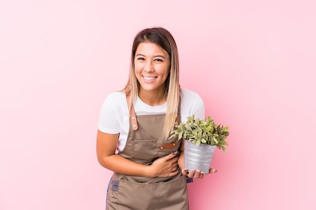 Donna caucasica del giovane giardiniere isolata ridendo e divertendosi. Foto Premium