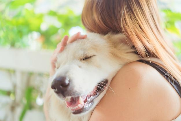Donna che abbraccia il suo cane grande cane amichevole amichevole, felicità e amicizia Foto Premium