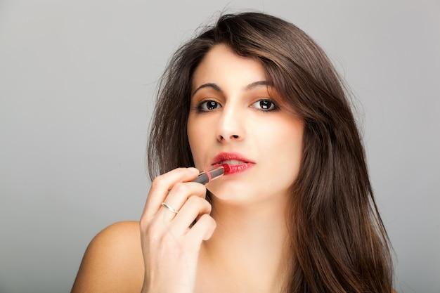 Donna che applica il rossetto Foto Premium