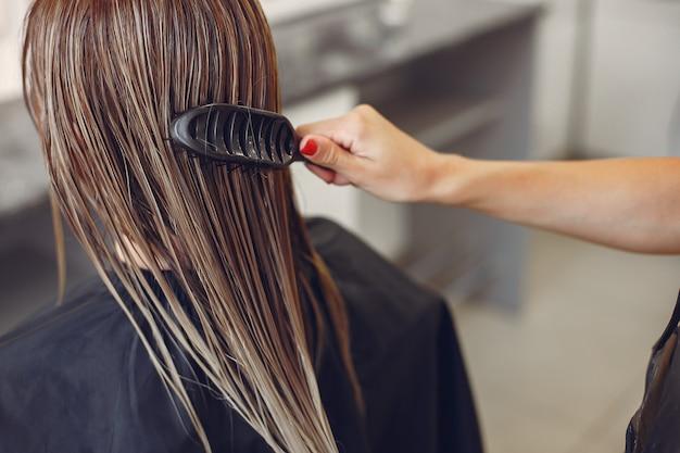 Donna che asciuga capelli in un hairsalon | Foto Gratis
