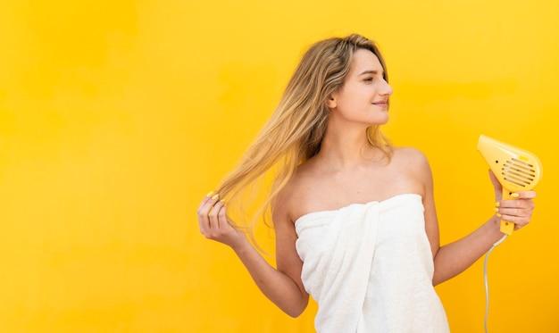 Donna che asciugava i capelli Foto Gratuite