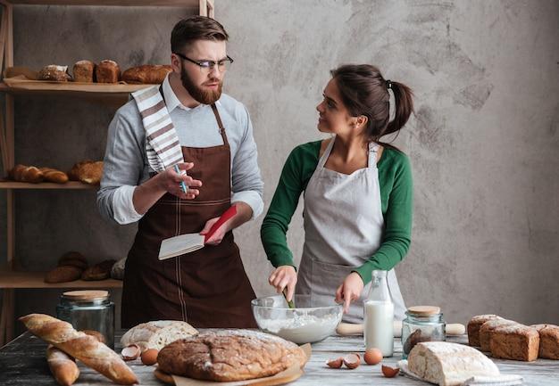 Donna che ascolta il marito mentre cucina Foto Gratuite
