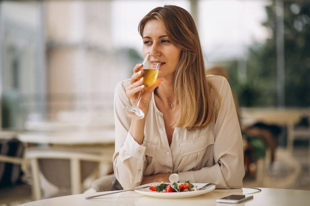 Donna che beve champagne Foto Gratuite