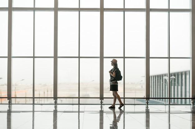 Donna che cammina di fronte a una finestra di vetro gigante con un cappello scaricare foto gratis - Una finestra di fronte ...
