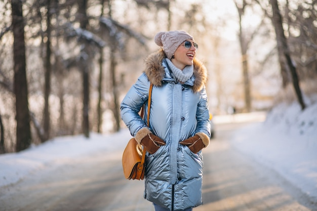 Donna che cammina felice in un parco di inverno Foto Gratuite