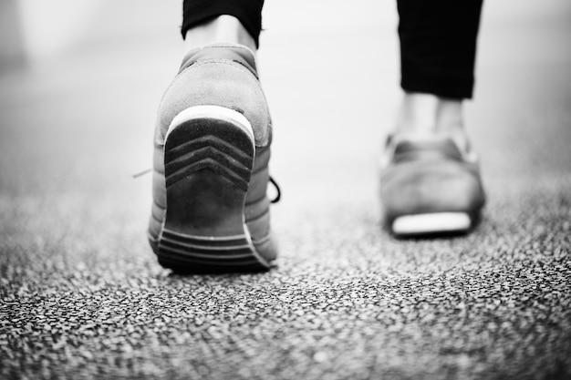 Donna che cammina su una strada Foto Gratuite