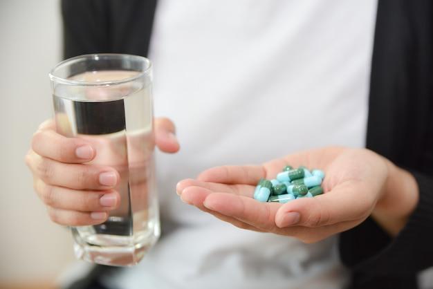Donna che cattura overdose di pillole a casa. concetto di overdose e suicidio. Foto Premium