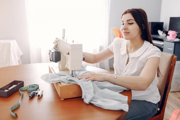 Donna che cuce su una macchina da cucire Foto Gratuite