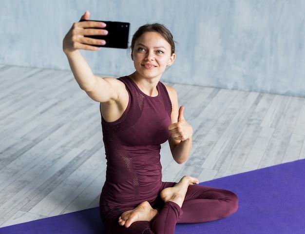 Donna che è soddisfatta del suo addestramento Foto Gratuite