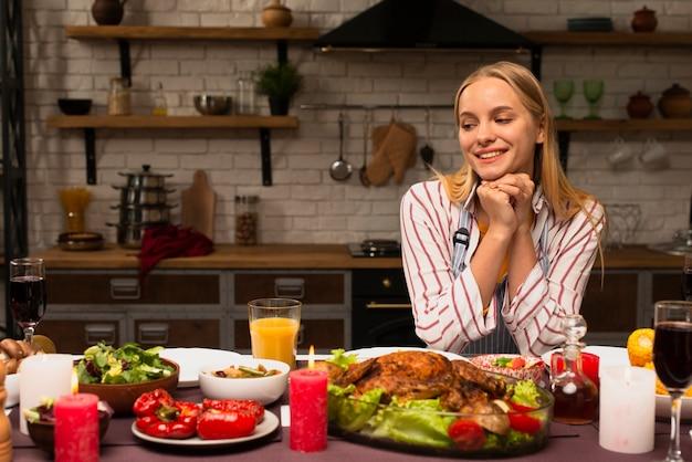 Donna che esamina l'alimento in cucina Foto Gratuite