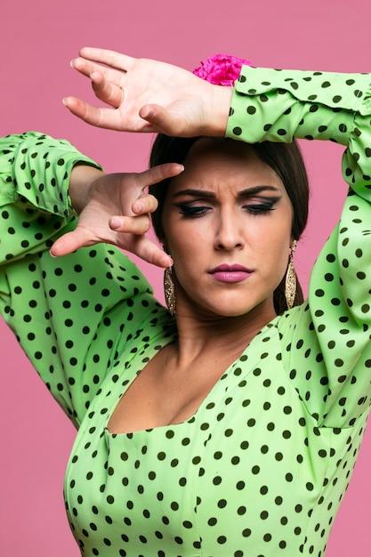 Donna che esegue flamenco che guarda giù Foto Gratuite