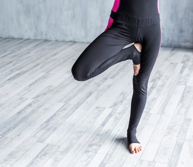 Donna che esercita una posa di yoga dell'albero Foto Gratuite