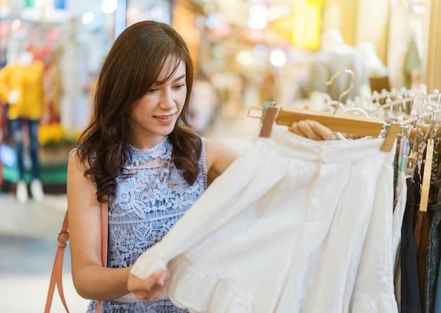 Donna che fa compere in un negozio di vestiti Foto Premium