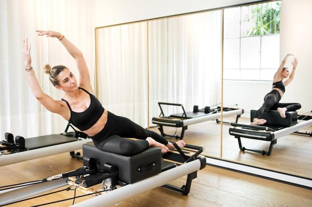 Donna che fa esercizio di yoga della sirena Foto Premium