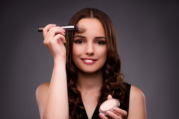 Donna che fa il trucco Foto Premium
