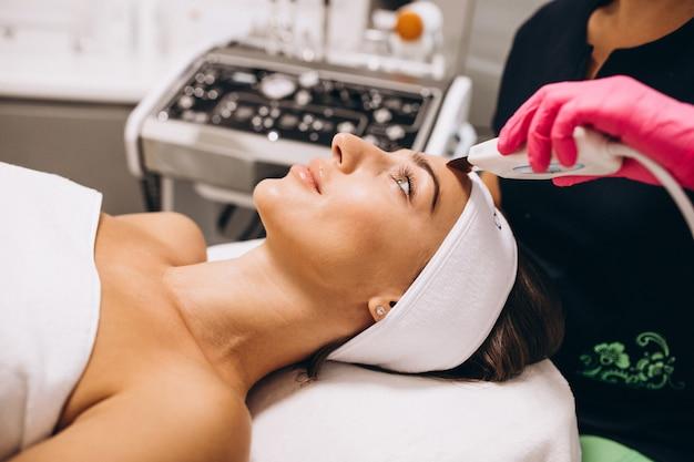 Donna che fa le procedure di bellezza ad un salone di bellezza Foto Gratuite
