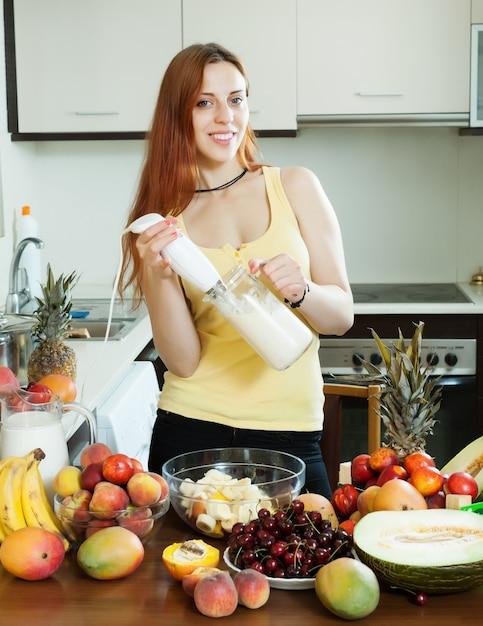 Donna che fa milkshake Foto Gratuite